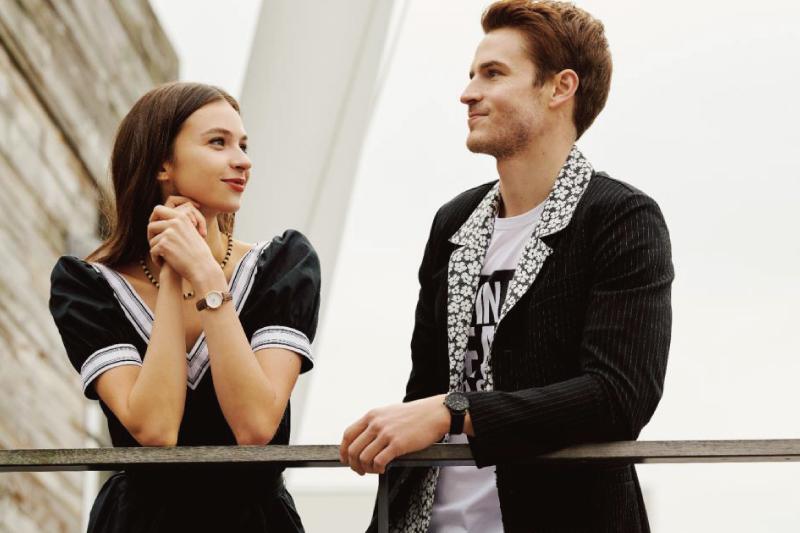 アニエスベーの腕時計を着用するカップル